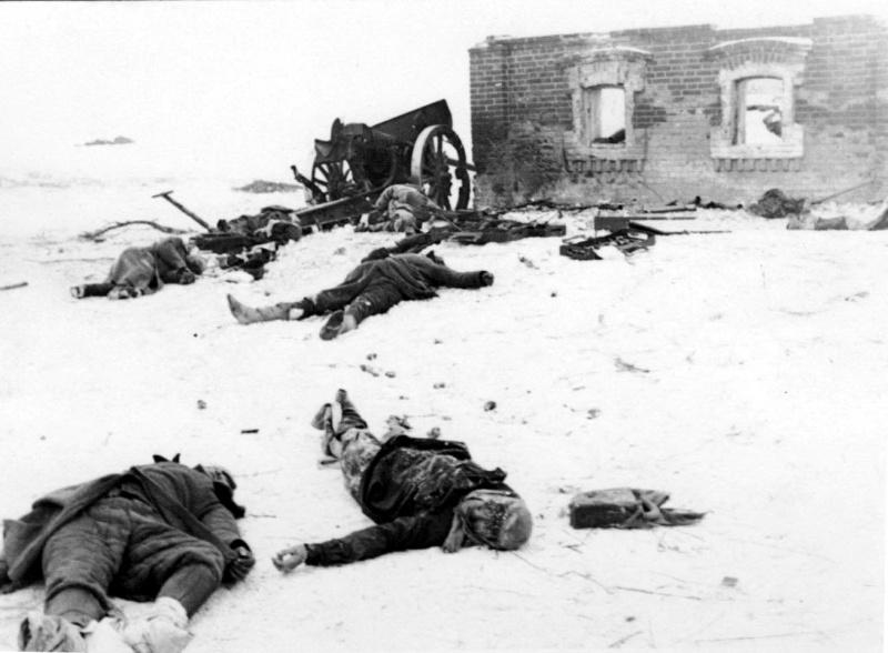 Разбитая сов. 76-мм дивиз. пушка образца 1933 года и ее погибший расчет-2.jpg