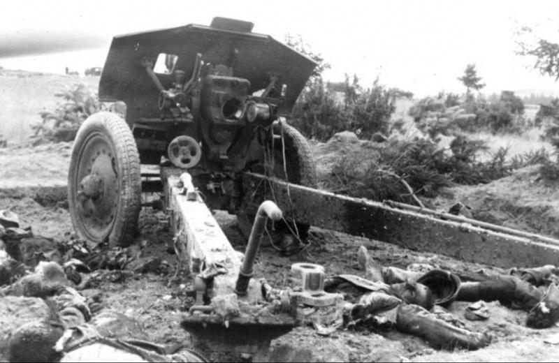 Советская 122 мм гаубицы образца 1938 года (М 30) и погибший расчет.jpg