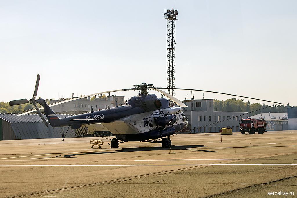 Полицейский вертолет Ми-8 в аэропорту Барнаул