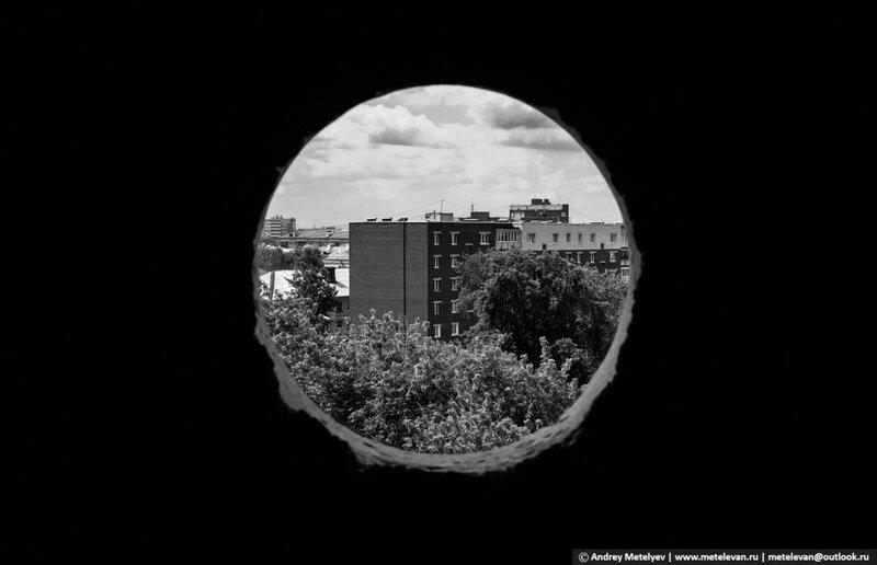 фотография города сквозь отверстие