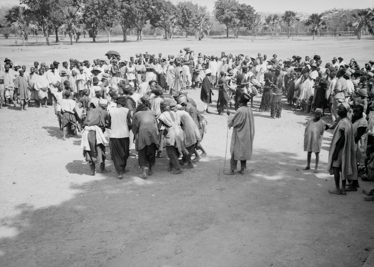 Группа мужчин и женщин на площади