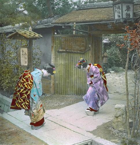 Церемония приветствия двух  женщин у ворот