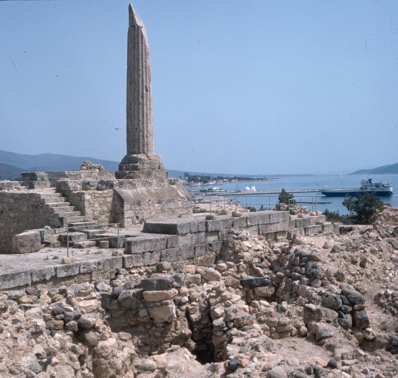 Эгина. Храм Аполлона. Колонна и подвально-цокольная часть храма. Начало V в. до н.э.