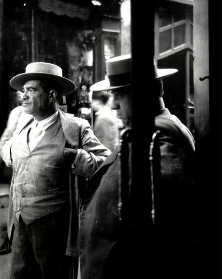1951. Два севильца у дверей бара, Севилья