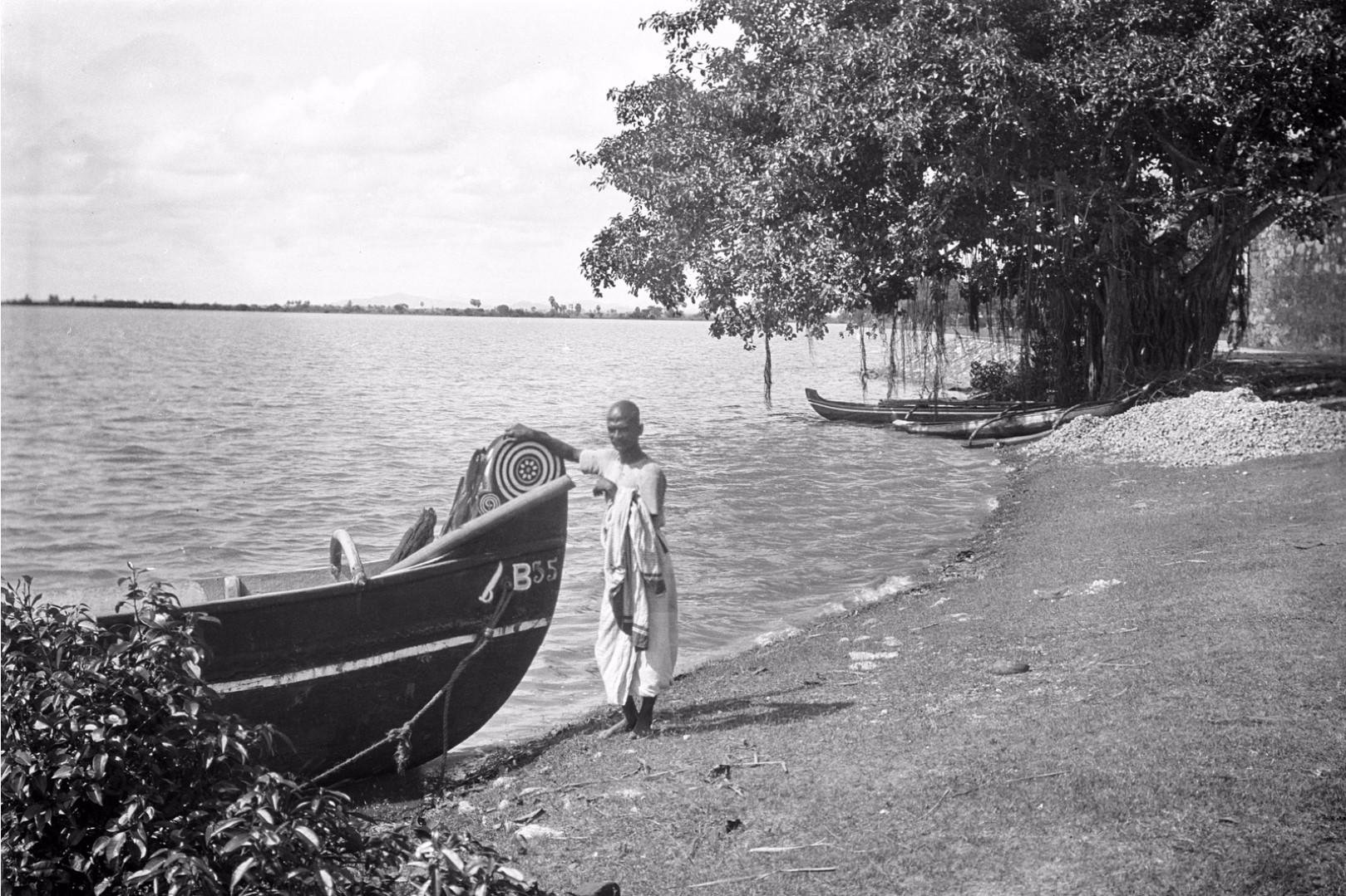 337. Баттикалоа. Человек возле лодки