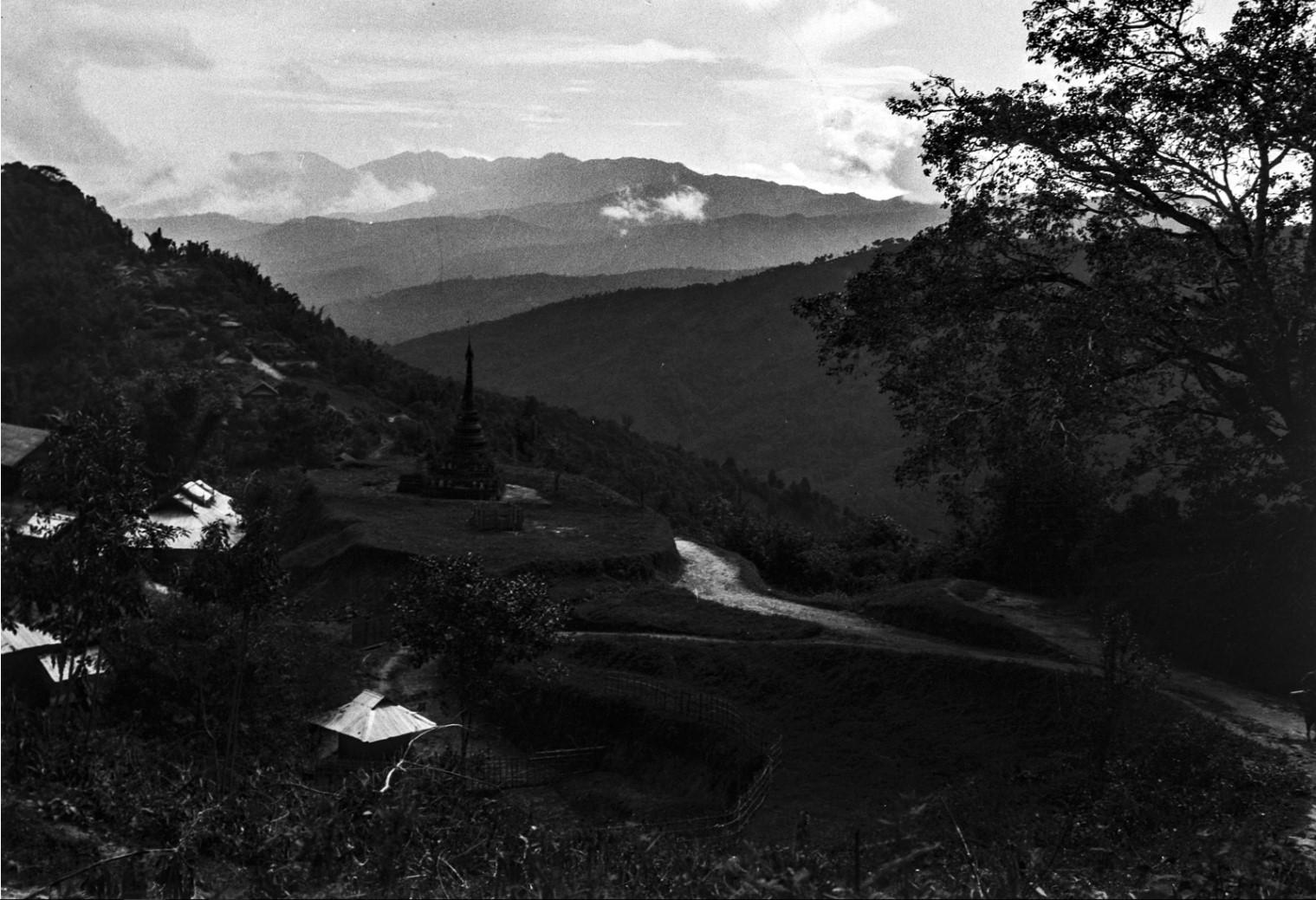 895. Вид горной деревни с пагодой