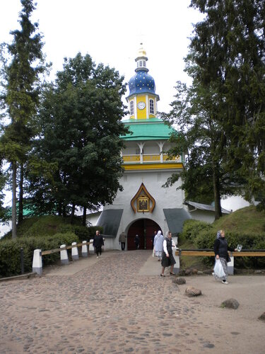 Печоры, находящиеся всего в 45 километрах от Пскова. Здесь нас встретили в Псково-Печерском монастыре