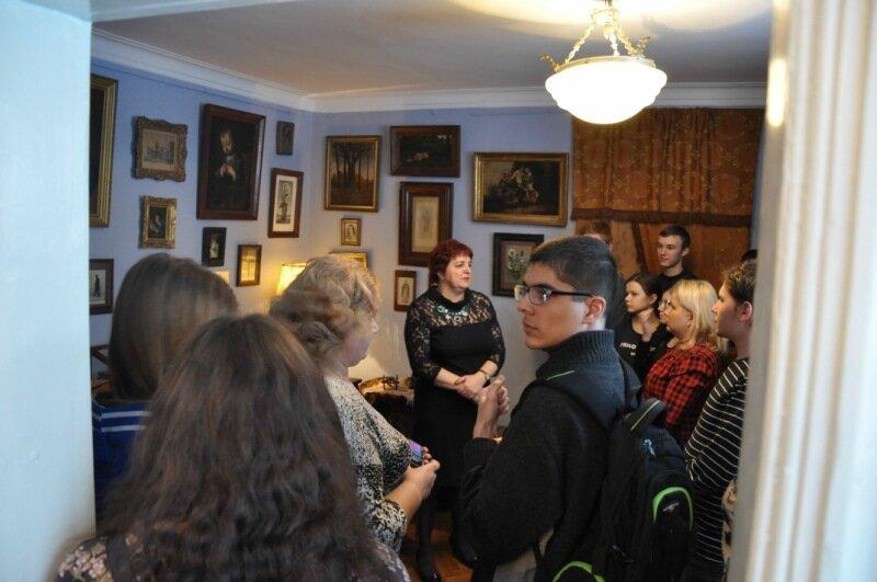 Старший научный сотрудник музея С.И. Труфанова ведет экскурсию