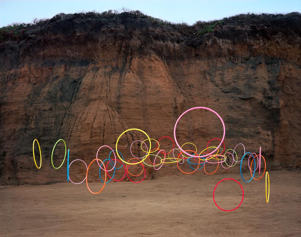 Стая пластиковых стаканов в инсталляции Thomas Jackson