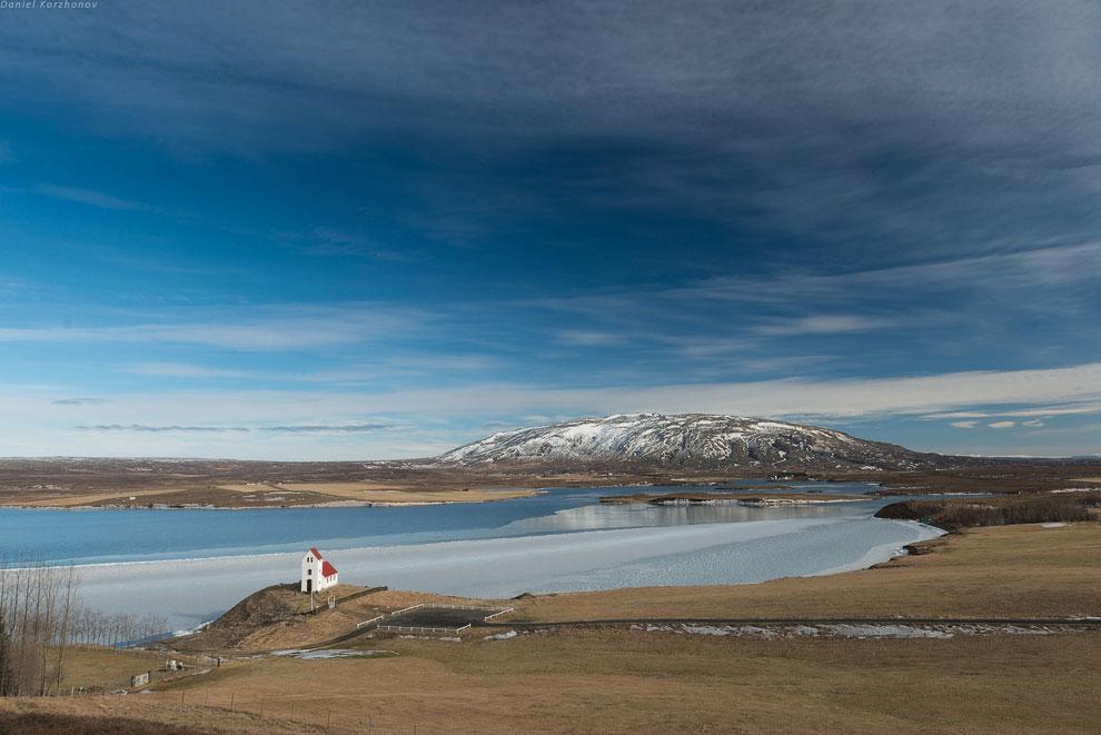 Исландия находится на 66 параллели, а северная ее часть — практически заполярье (68 параллель).