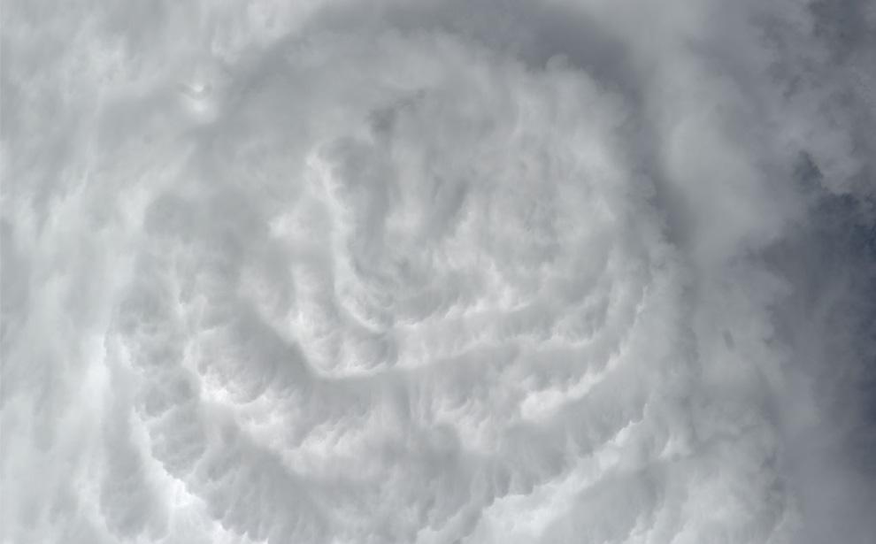 25) Конвективные облака над Атлантическим океаном. (NASA/JSC)