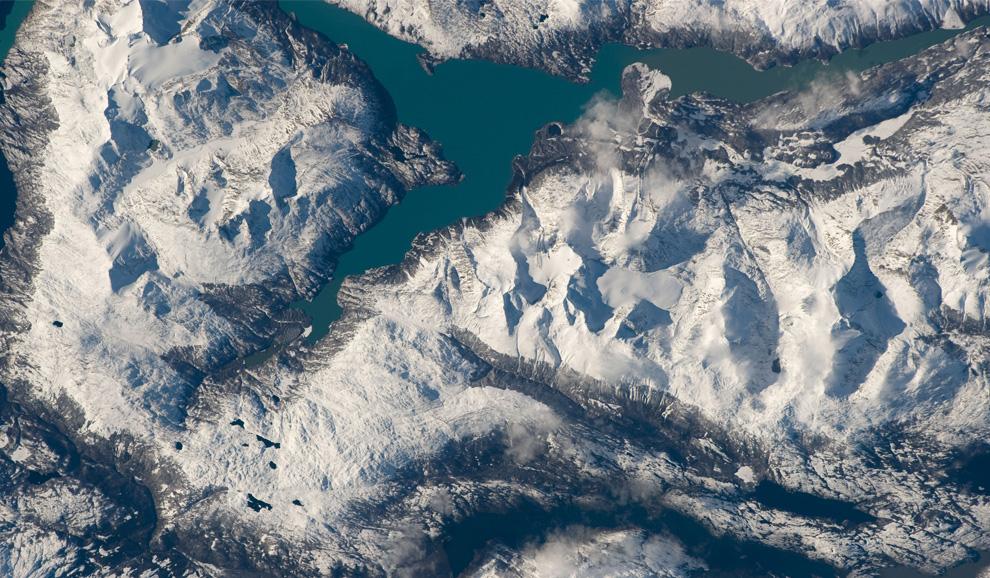 29) Озеро Лаго Нансен в Андах в Аргентине. (NASA/JSC)