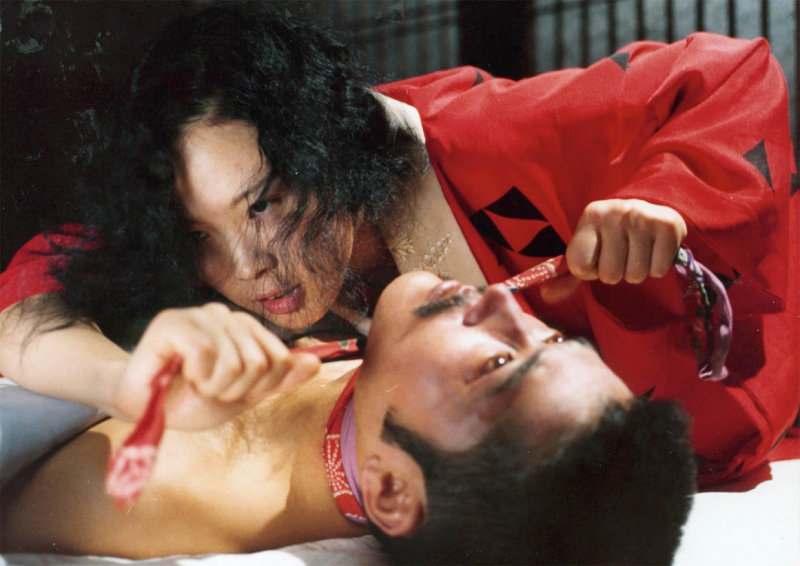 Сада Абэ (Эйко Мацуда) душит своего любовника.Реальная история, вызвавшая широкий резонанс в обществ