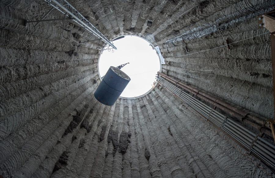4. Кран медленно спускает часть тоннелепроходческой машины «Selina» на глубину 24 метра на месте стр