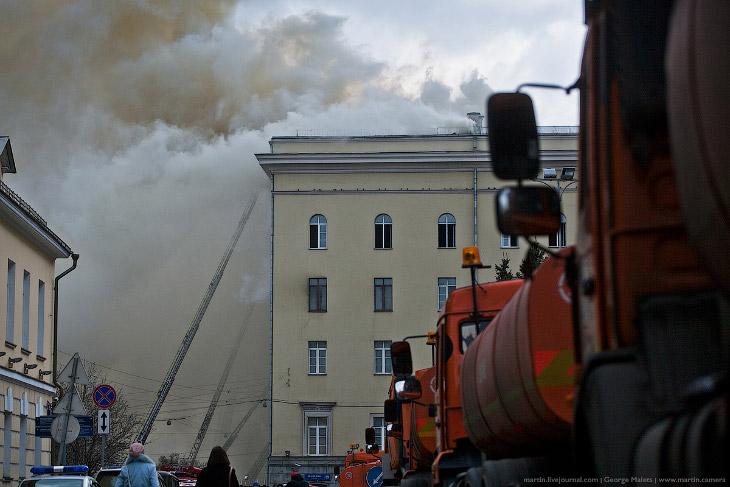2. Из-за густого дыма здания Министерства обороны почти не было видно.