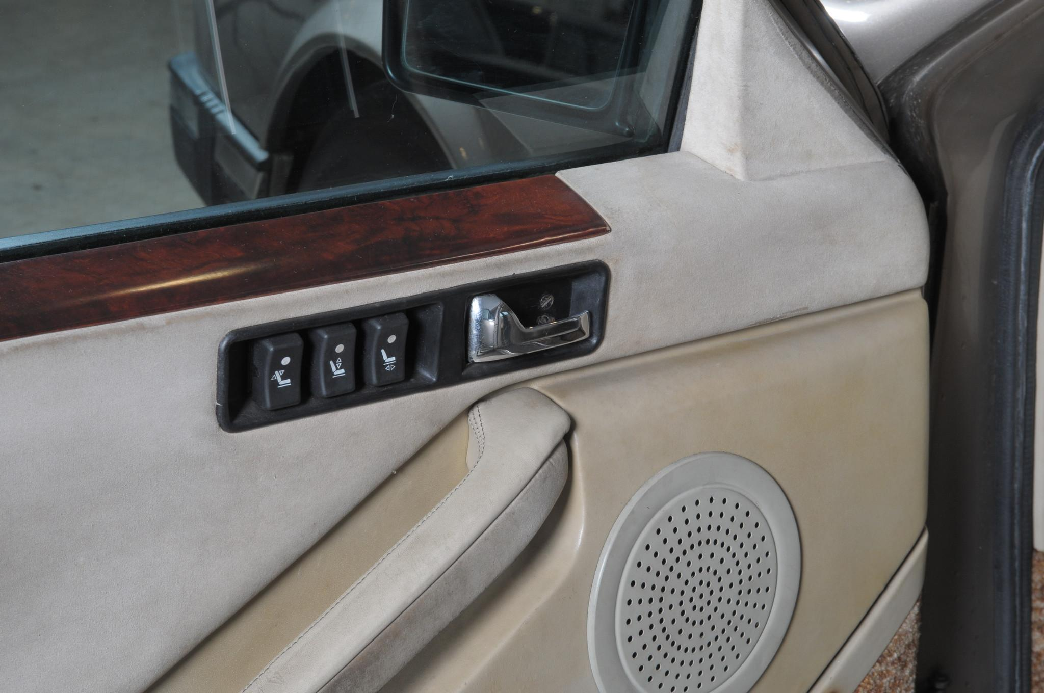Автомобиль был оборудован бортовым компьютером с синтезатором речи. Как и на предыдущих моделях, для