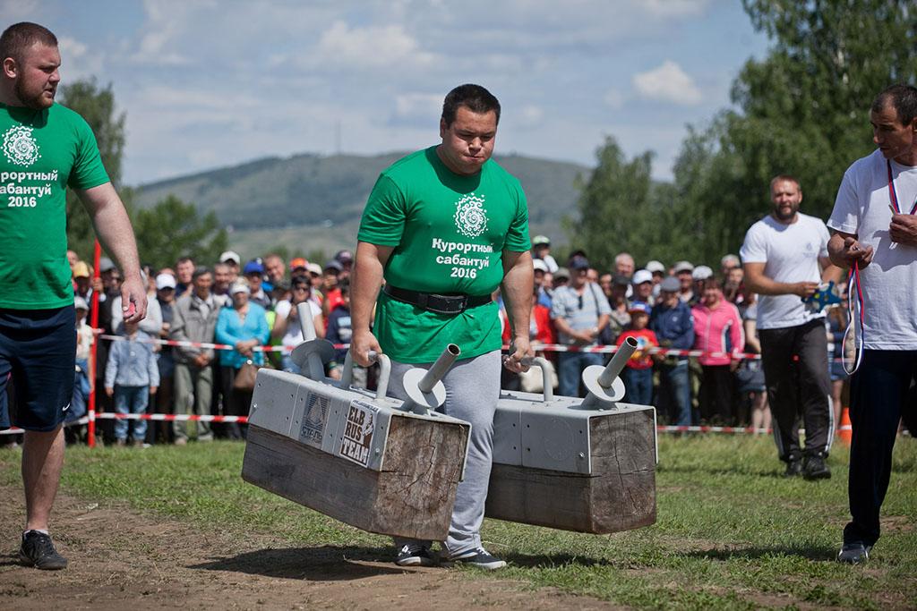 Одним из самых эффектным моментов сабантуя стало выступление башкирских атлетов. Вот этот парень нес