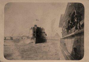 Крейсер 1-го ранга Аврора, построенный в Новом Адмиралтействе, в день спуска на воду; справа - участники церемонии спуска судна на воду.
