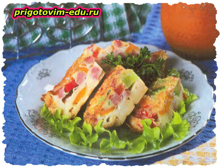 Омлет с помидорами, болгарским перцем и колбасой