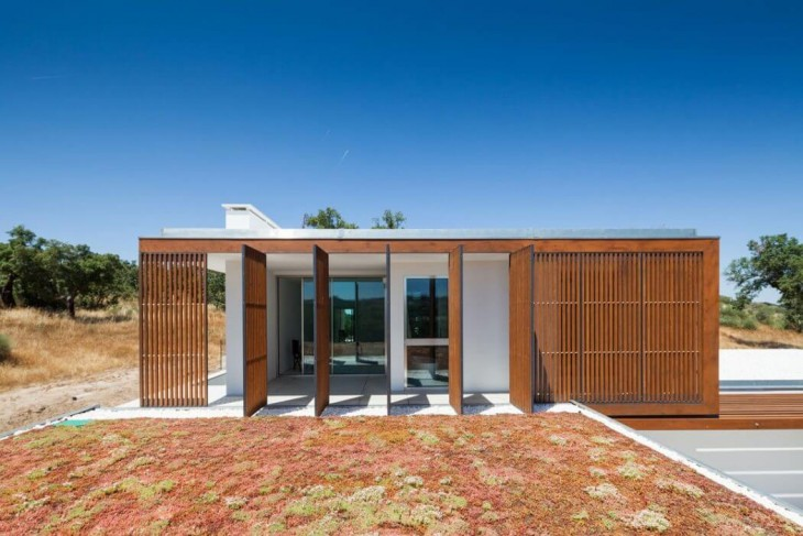 Opera designed this private family residence located in Castelo de Vide, Portugal, in 2015. Take a l
