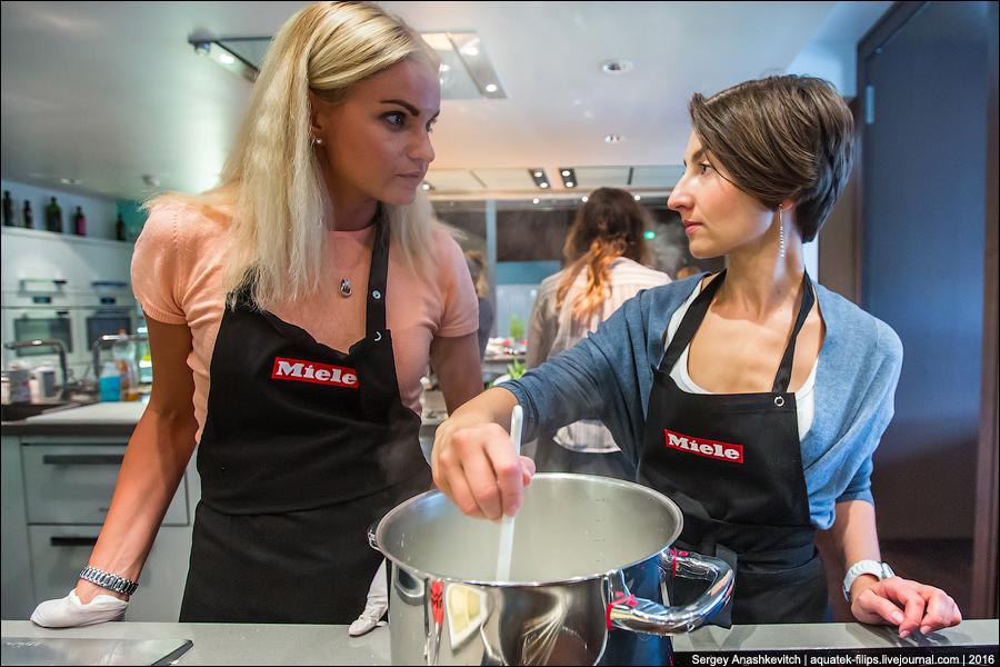 Мальчики против девочек на кухне