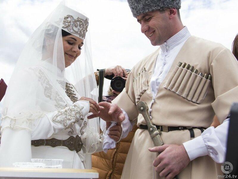 Молодожены из Северной Осетии зарегистрировали брак на фестивале национальных свадеб «Одна страна – одна семья»