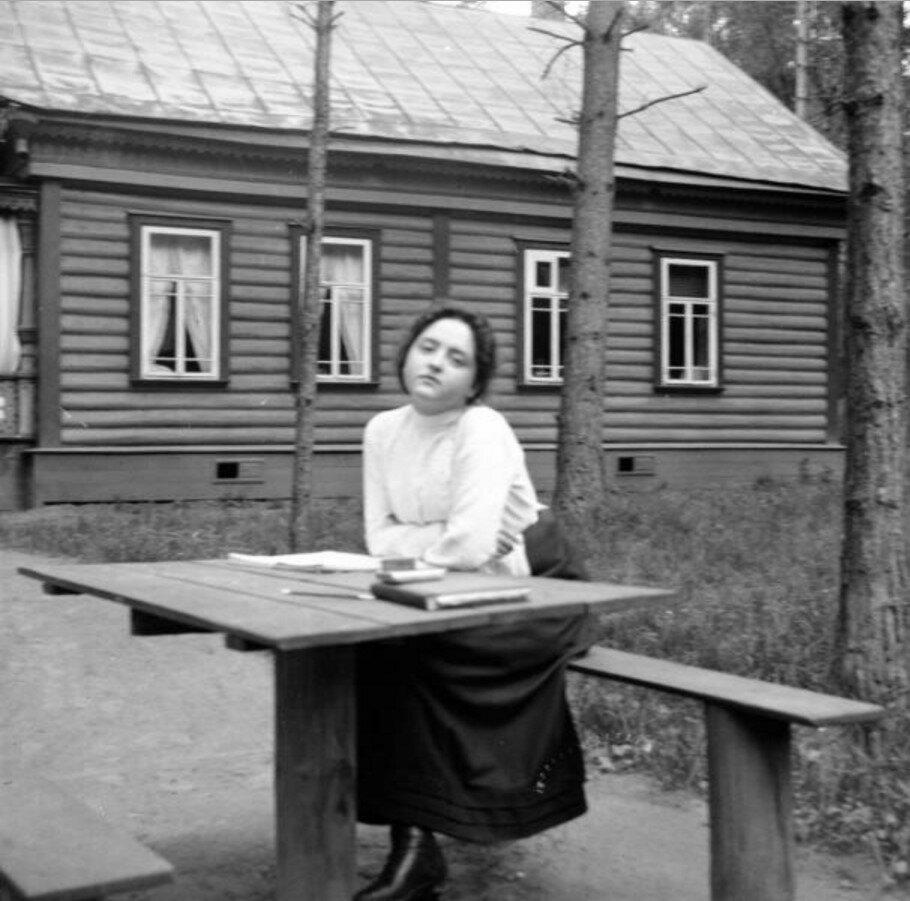 1904. Вешняки. Маня в саду дачи Антоновича