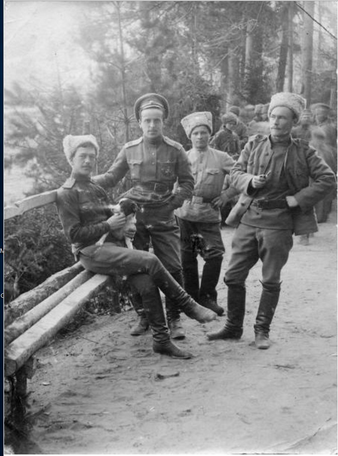 1915. Офицеры с собачкой