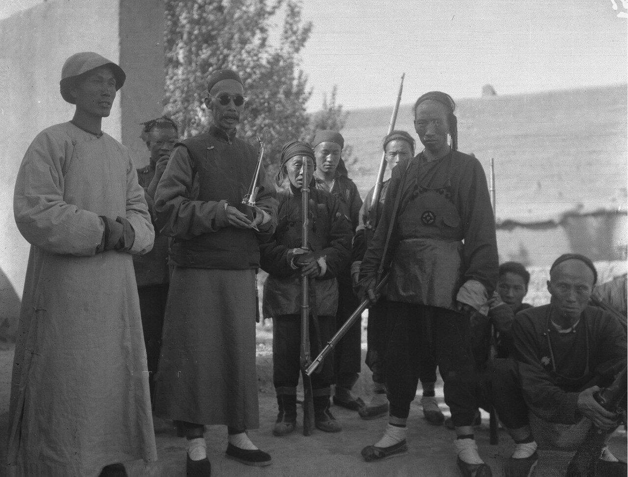 Адъютант чинтая Янга капитан Ю в окружении офицера Чу Фукуна и нескольких солдат из провинции Хэнань