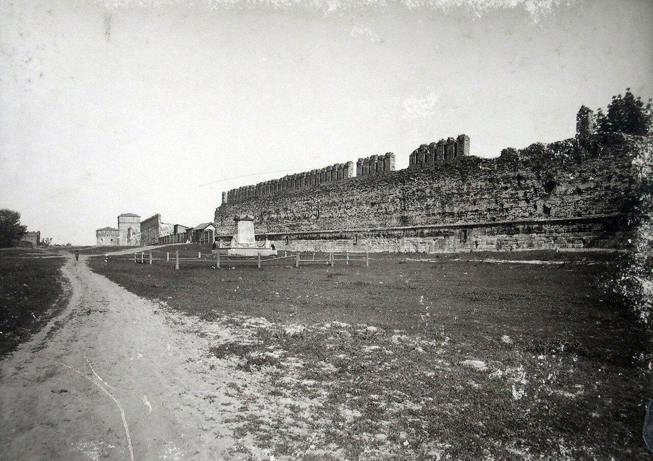 Крепостная стена и памятник П.И. Энгельгардту. 1901