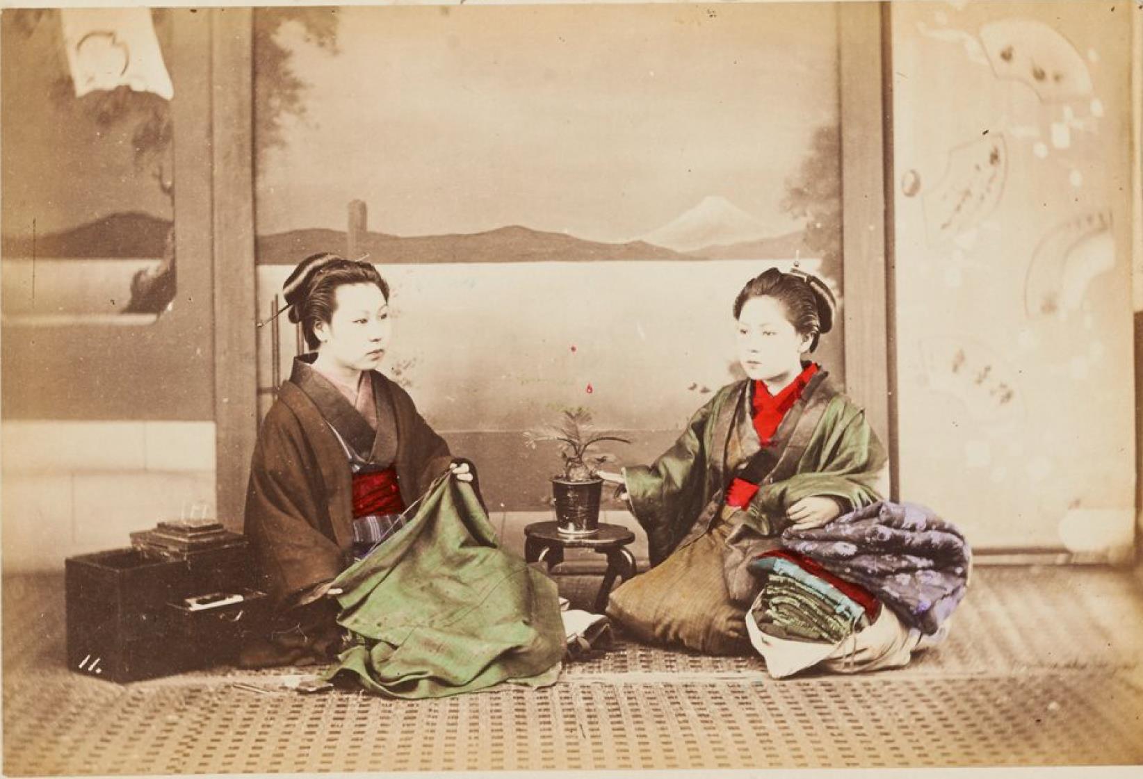 Женщины за шитьем