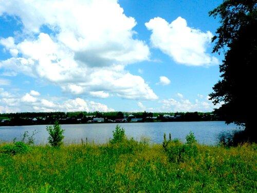 По тропинке мимо озера