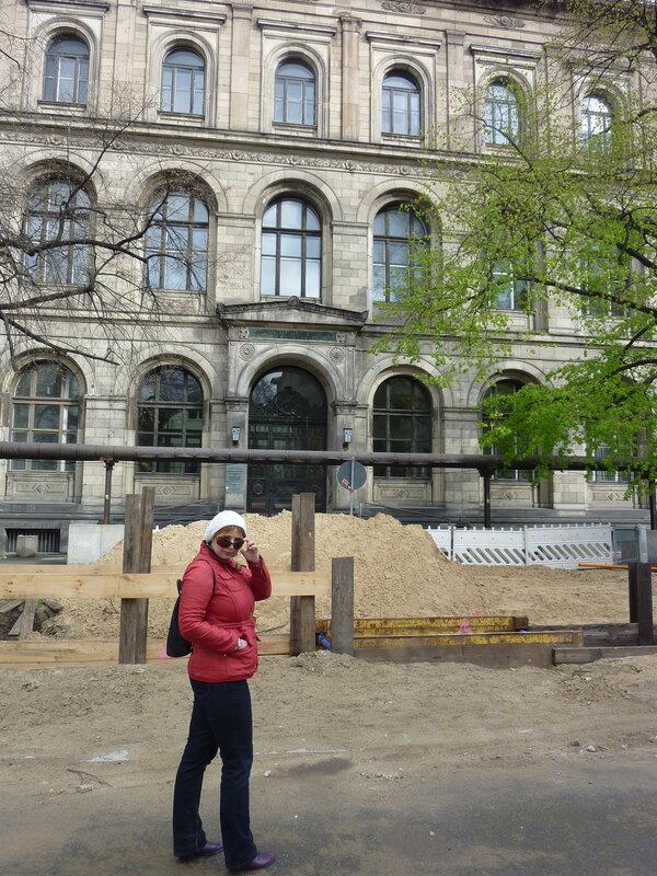 Перед Музеем природоведения типичный берлинский ландшафт - стройка!