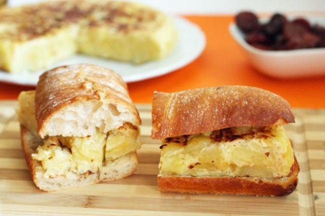 «Бокадильос» переводится как «бутерброд». Они бывают совсевозможными начинками: ветчиной, сыром, ка
