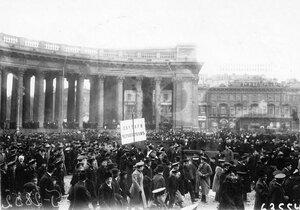 Группа участников манифестации с плакатом Скутари черногорцам у Казанского собора.