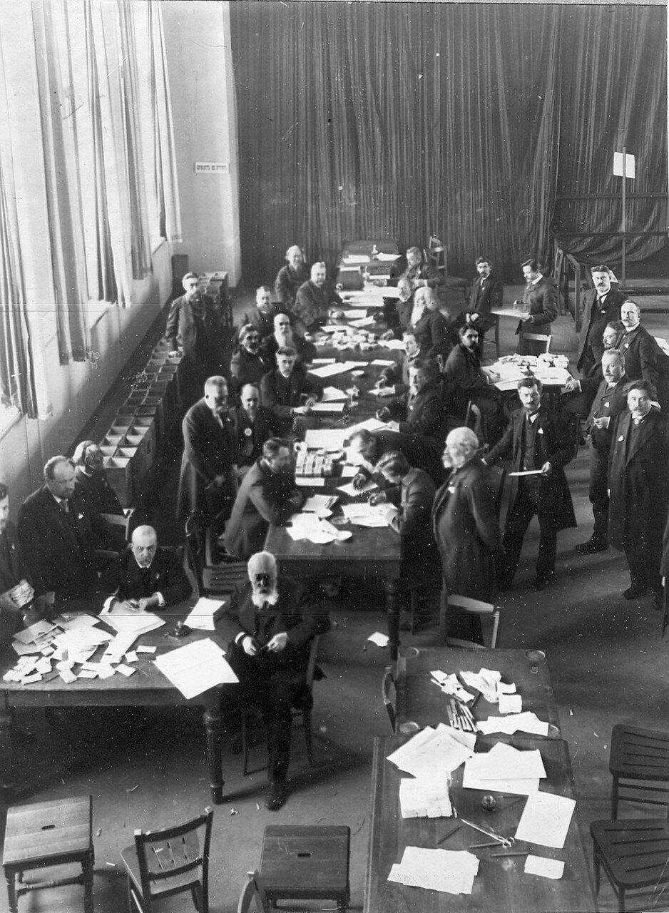 21 марта 1906. Избирательная комиссия по выборам выборщиков за подсчетом голосов в Народном доме Л.Н.Нобеля