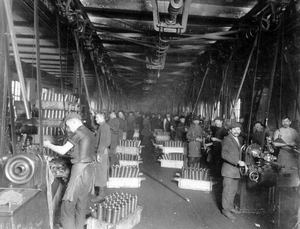 13. Рабочие за обточкой литых стаканов. Апрель 1916