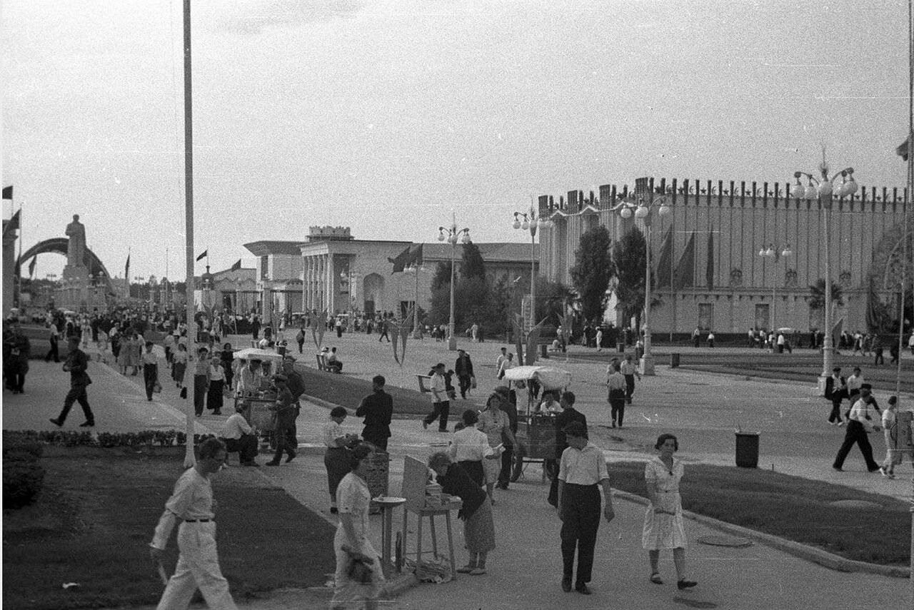 02. Вид от павильона Поволжья в сторону площади Механизации