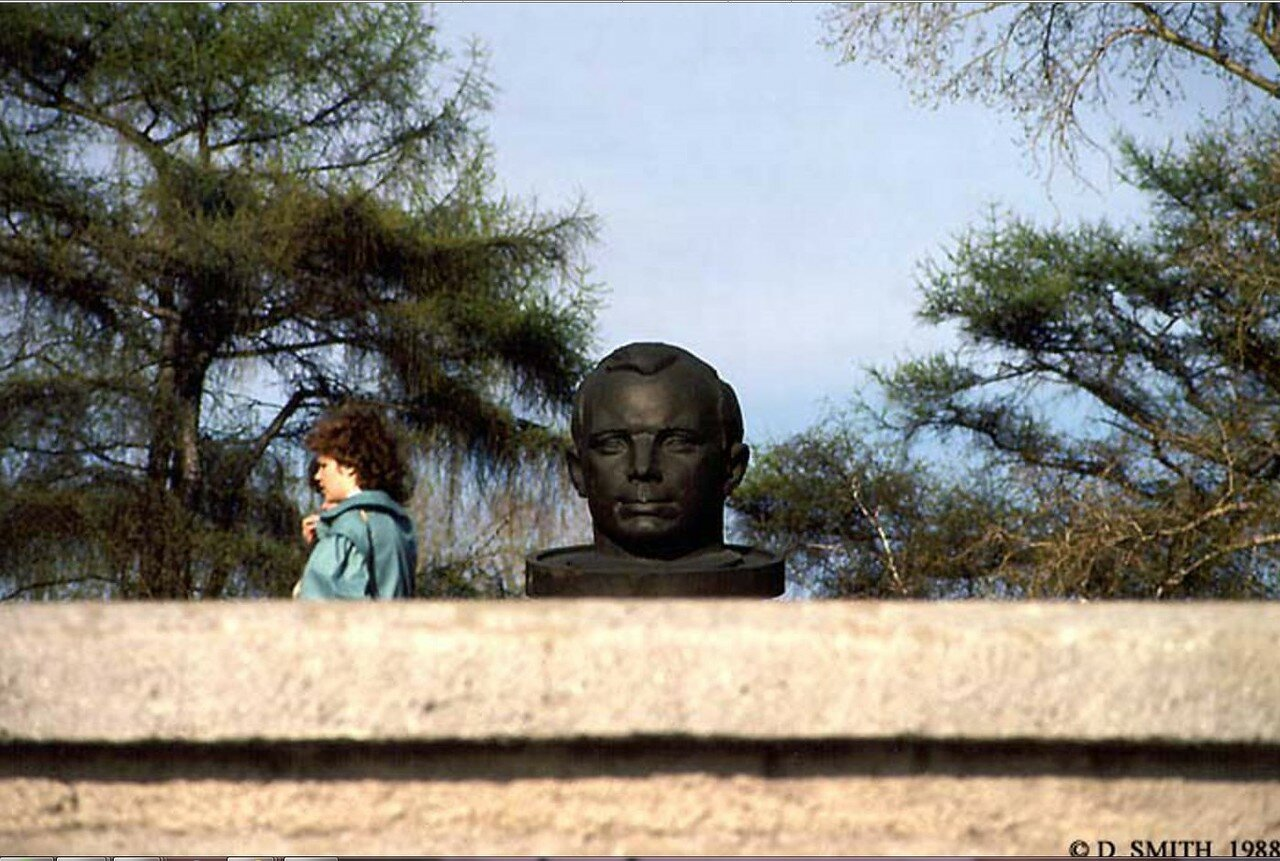Набережная. Бульвар Гагарина.  Памятник Гагарина (в народе «Гагарин проглотил таблетку»)