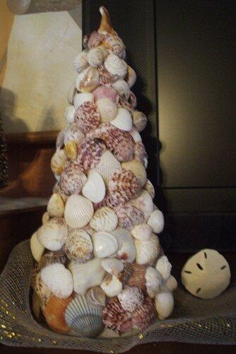 новогодняя елка из ракушек