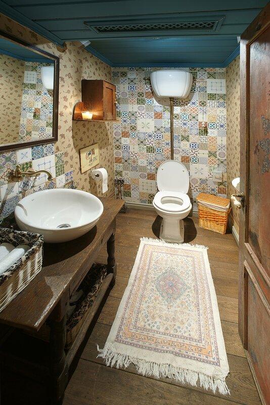 фотограф в туалетах. профессиональные фотографии