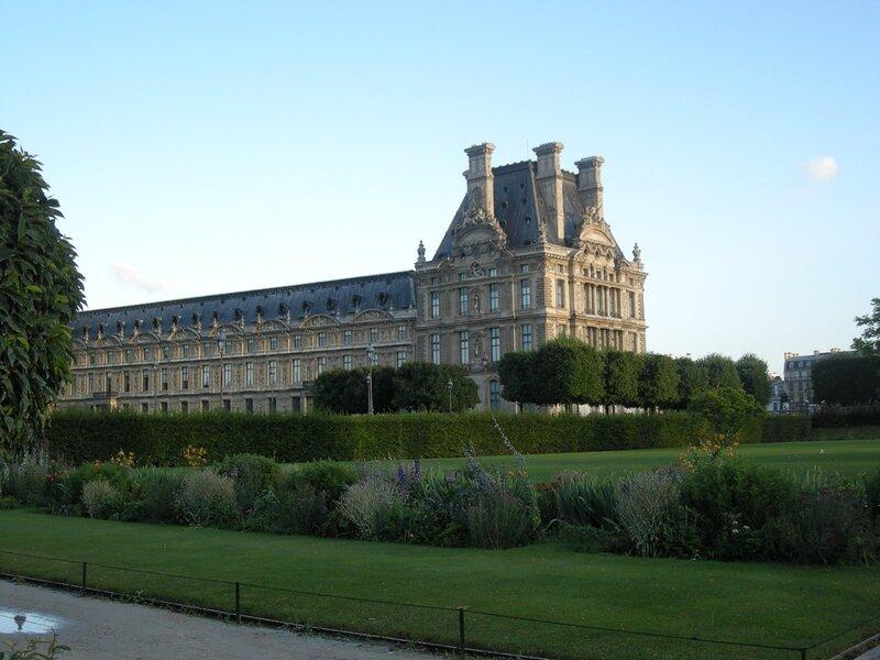 Париж. Вид на Лувр из сада Тюильри