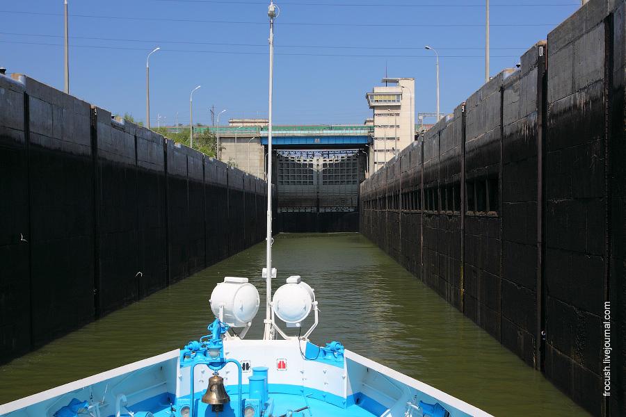 В нижней камере левого шлюза Волжского гидроузла
