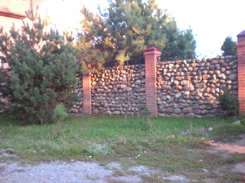 Дешевый забор из камней