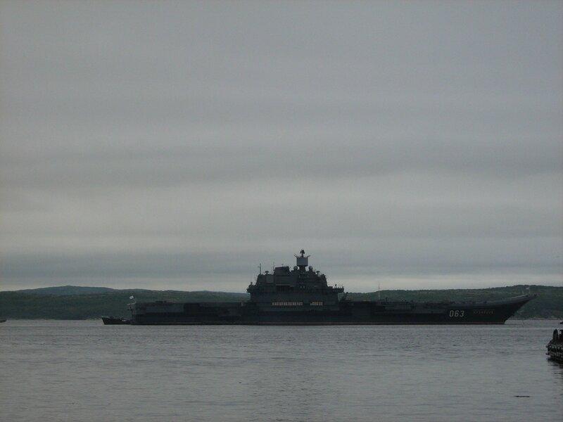 ТАКР «Адмирал Флота Кузнецов» вернулся с боевой службы. Вход в Главную базу. 23 июля 2007 года.