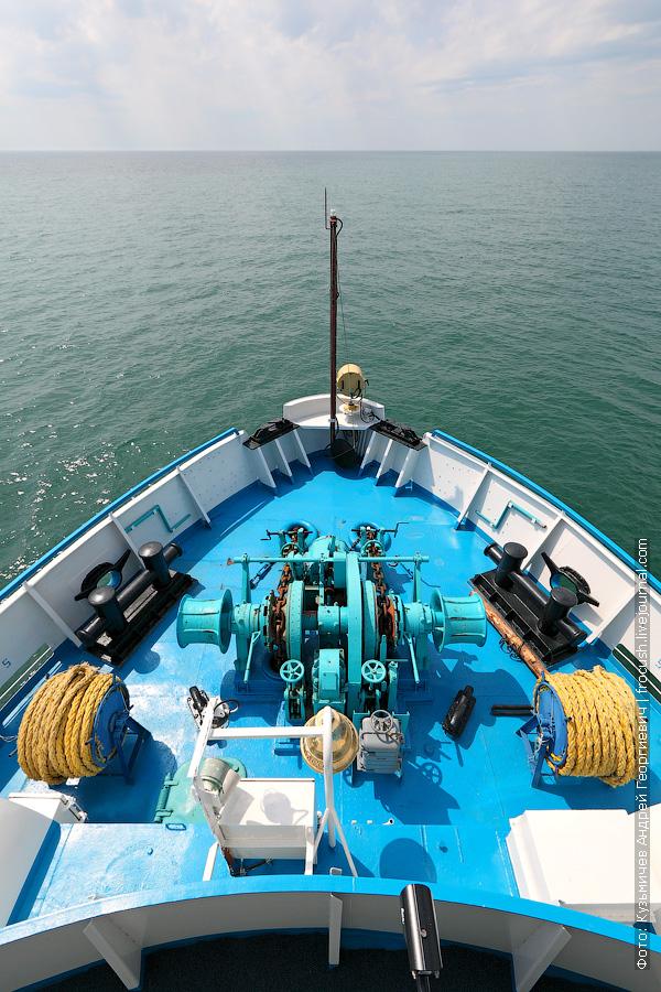 Каспийское море и бак теплохода Русь Великая