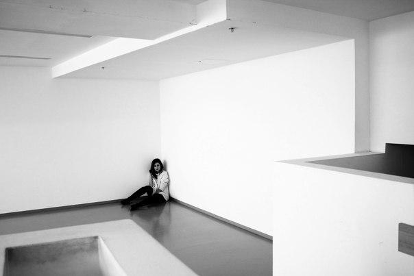 девушка одиночество в комнате