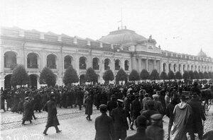 Толпы демонстрантов на Невском проспекте у Гостиного двора во время проводов гроба с телом князя С.Н.Трубецкого.
