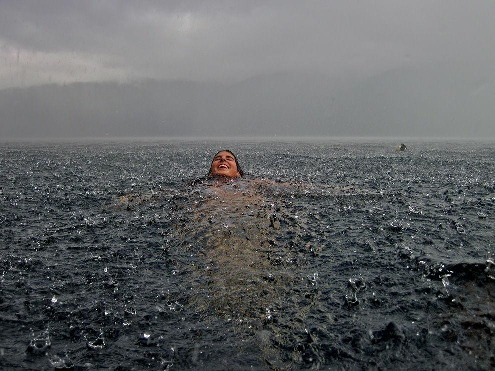 Ливень на озере в Чили