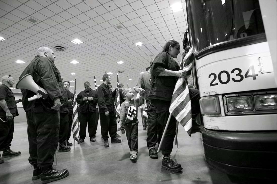 Члены американской неонацистской партии National Socialist Movement садятся в автобус